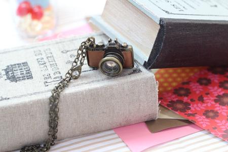 カメラのアクセサリーと古書ボックス
