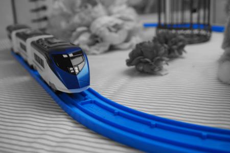 青色以外は白黒のおもちゃの電車