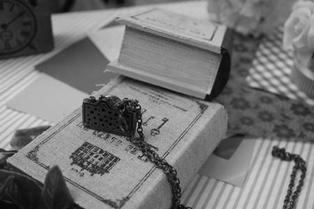 白黒で撮ったカメラアクセサリーと古書ボックス