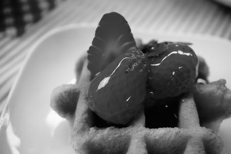 ハイコントラストモノクロで撮ったいちごのワッフルの食品サンプル