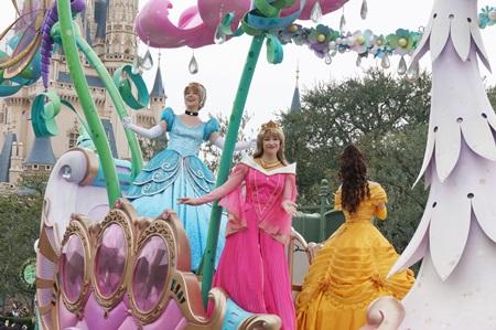 東京ディズニーランドのパレード ハピネス・イズ・ヒア