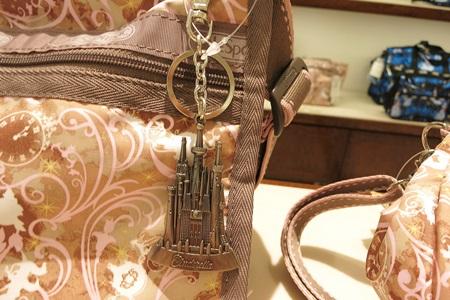 ディズニーシンデレラ柄のレスポートサックについているシンデレラ城のチャーム