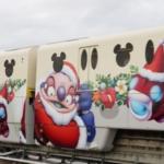 クリスマスラッピングされたディズニーリゾートライン「スティッチ・エンカウンターライナー」